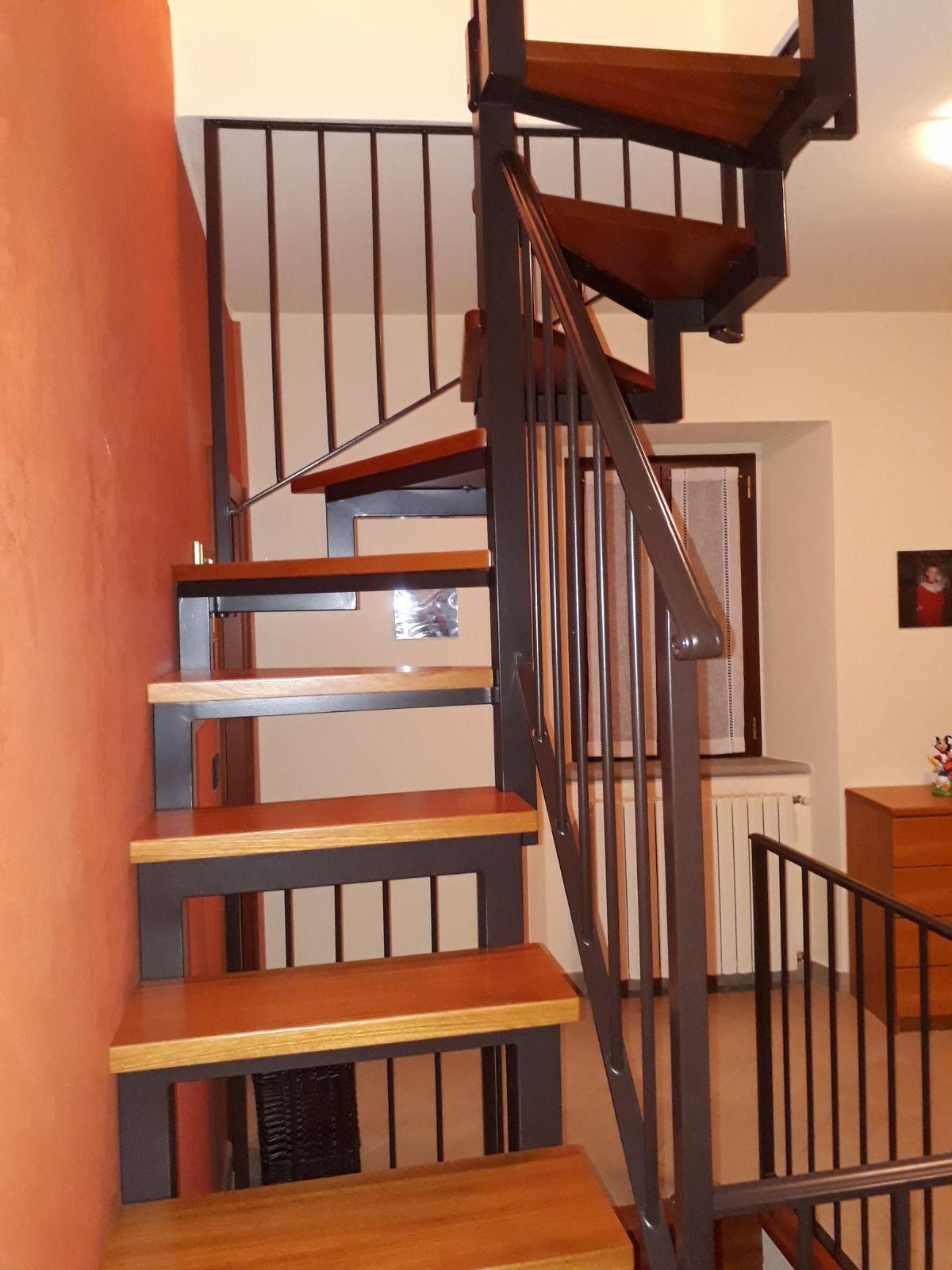 Installazione scala interna in ferro e legno casteldelci gabrielli infissi - Scala interna in ferro ...